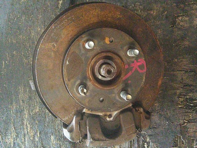 Кулак поворотный левый в сборе со ступицей, диск, суппорт, 2WD (Б/У) для NISSAN CUBE I Z10 1998-2002