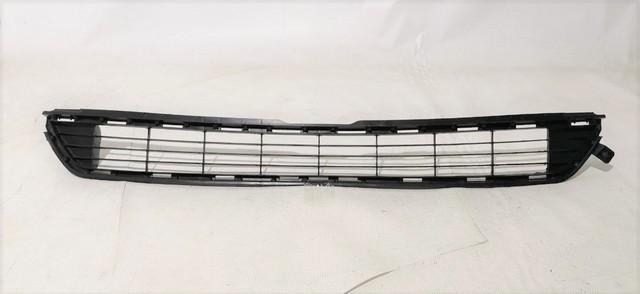Решетка переднего бампера центральная Ууценка 30% (скол крепления) (уценка) для TOYOTA RAV4 XA40 2013-2015