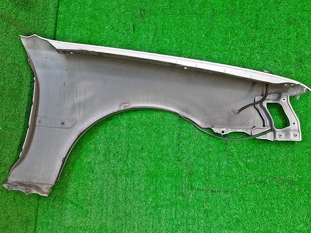 Крыло переднее левое белое в сборе с молдингом (потерто) (Б/У) для TOYOTA CRESTA X100 1996-2001