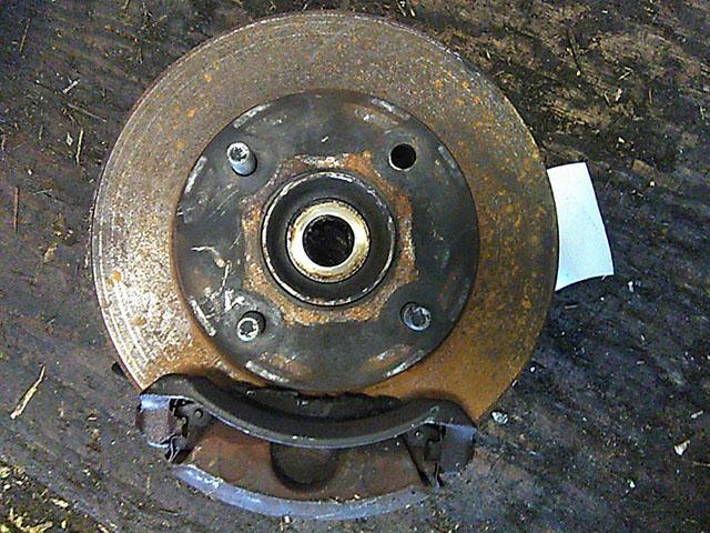 Кулак поворотный левый в сборе со ступицей, диск, суппорт, 2WD (Б/У) для NISSAN SUNNY B15 1998-2004