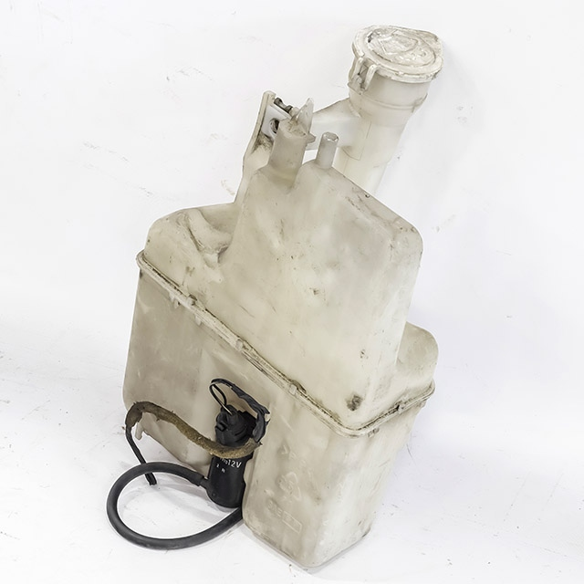 Бачок омывателя в сборе с насосом (моторчиком) (Б/У) для MITSUBISHI DELICA P_W 1986-1999