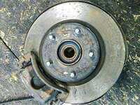 Кулак поворотный левый в сборе со ступицей, диск, суппорт, 2WD АКПП NISSAN AVENIR II W11 1998-2005