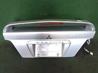 Крышка багажника серая в сборе со спойлером, с замком MITSUBISHI GALANT ЕВРОПА EA 1997,1998,1999,2000,2001,2002,2003 / LEGNUM RHD