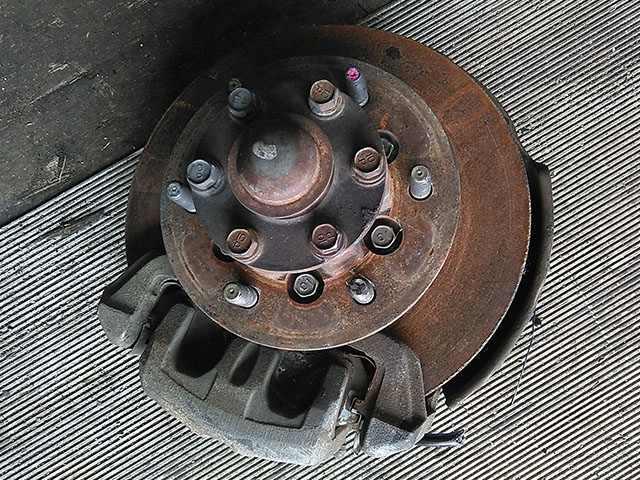 Кулак поворотный левый в сборе со ступицей, диск, суппорт, ABS 4WD (Б/У) для MITSUBISHI L200 K74T / K75T 1996-2005