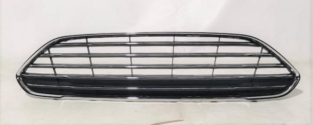 Решетка переднего бампера верхняя с хром-молдингом Уценка 20% (сломано крепление, царапины) (уценка) для FORD FIESTA MK VI 2008-2019